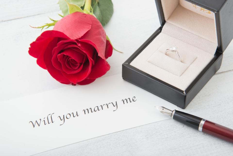 婚約指輪とバラ