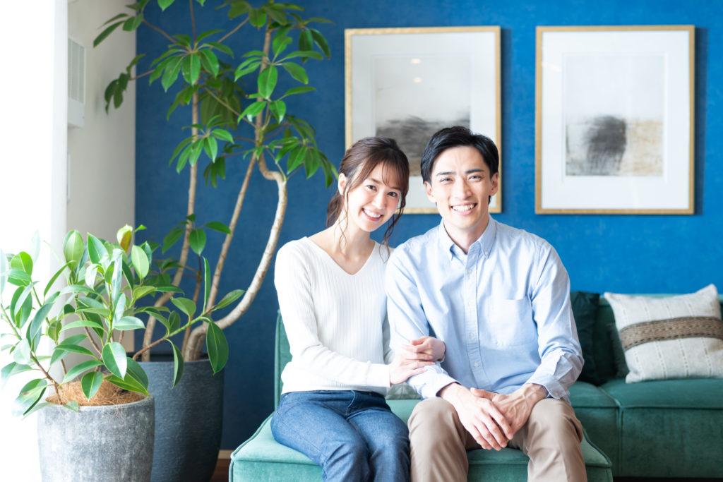 笑顔で隣り合う男性と女性