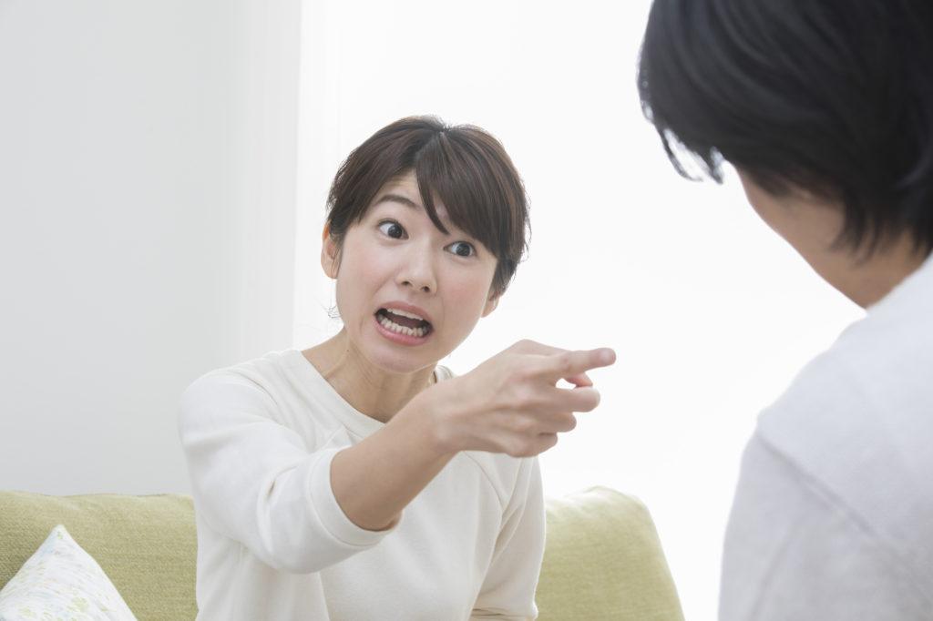 怒鳴りつける女性