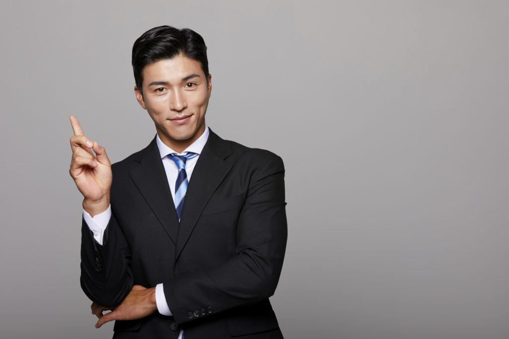 指を立てる男性