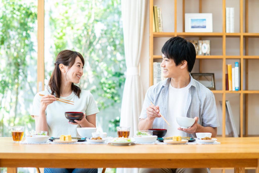 夫婦で並んでいる食卓