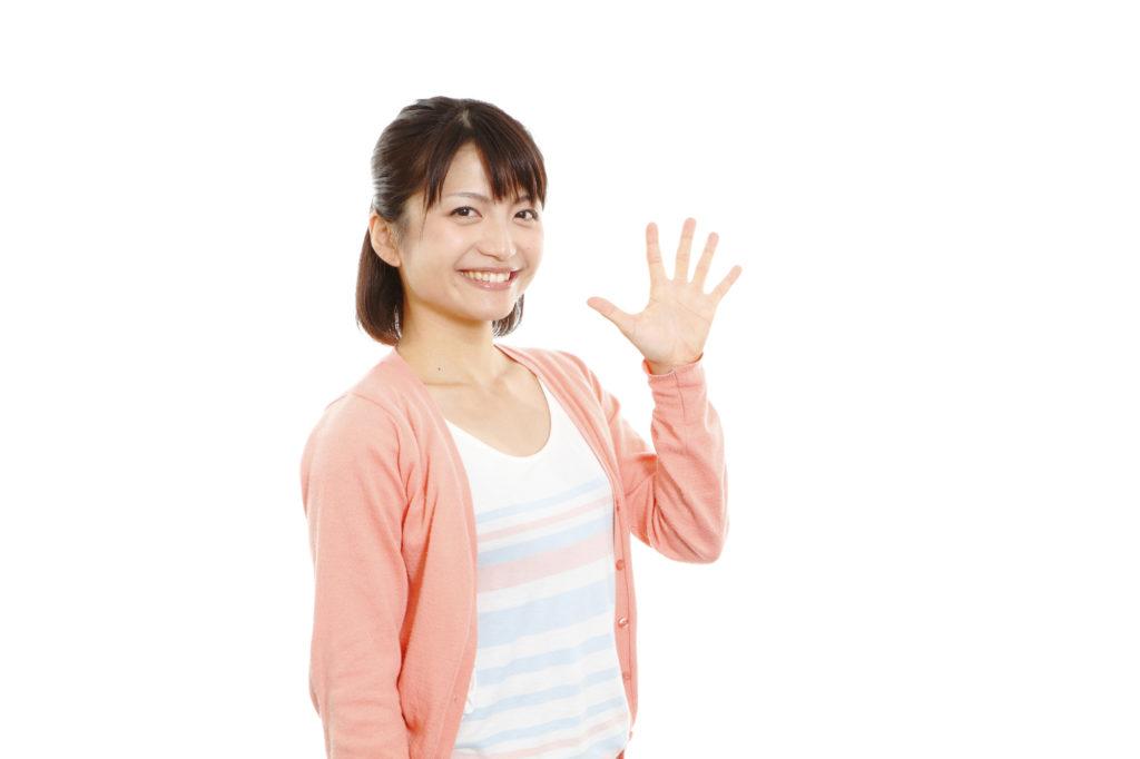 5本指を立てる女性