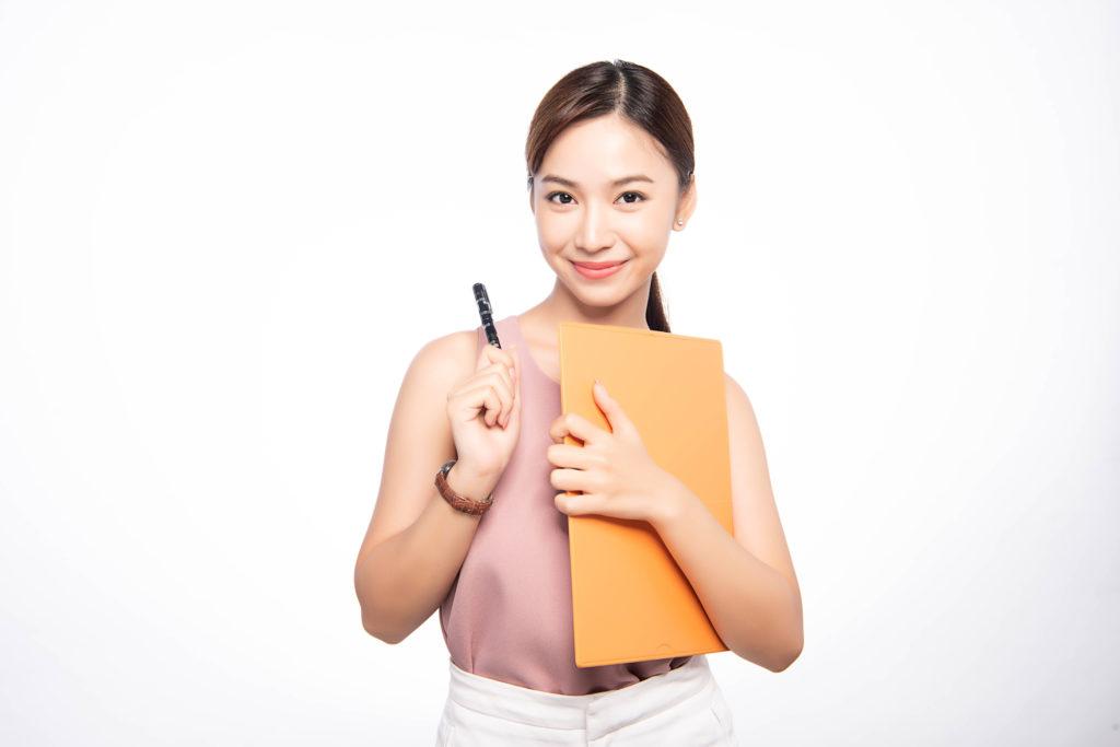 プランを立てるペンを持った女性