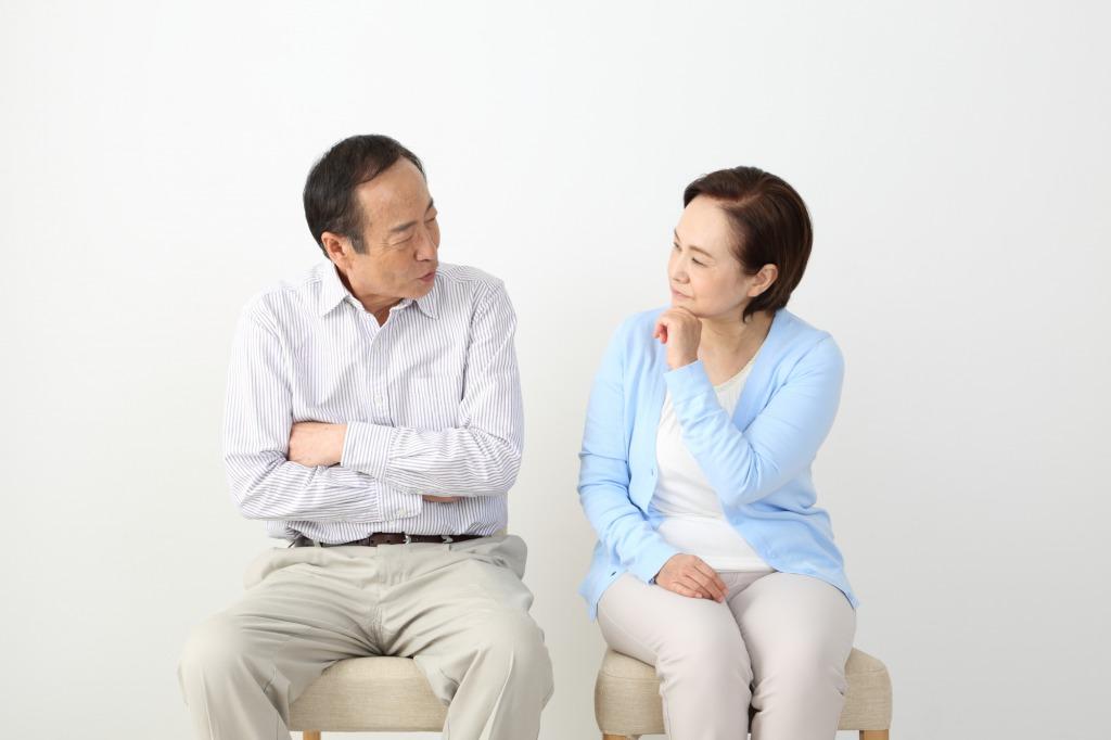 心配する父と母