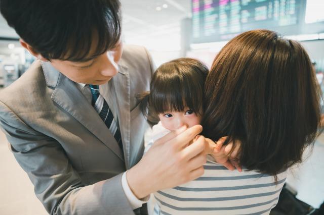 転勤族の男性が家族と再会する場面