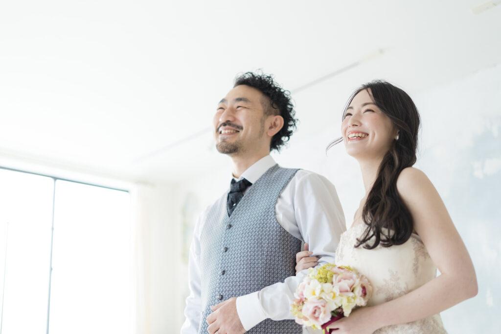40代男性と20代女性のカップルイメージ