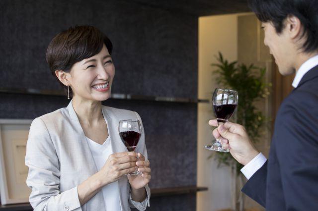 男性と婚活の場で盛り上がる、34歳の女性