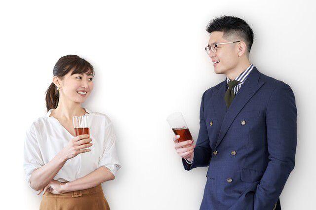 男性とワインをもって語り合う30代女性